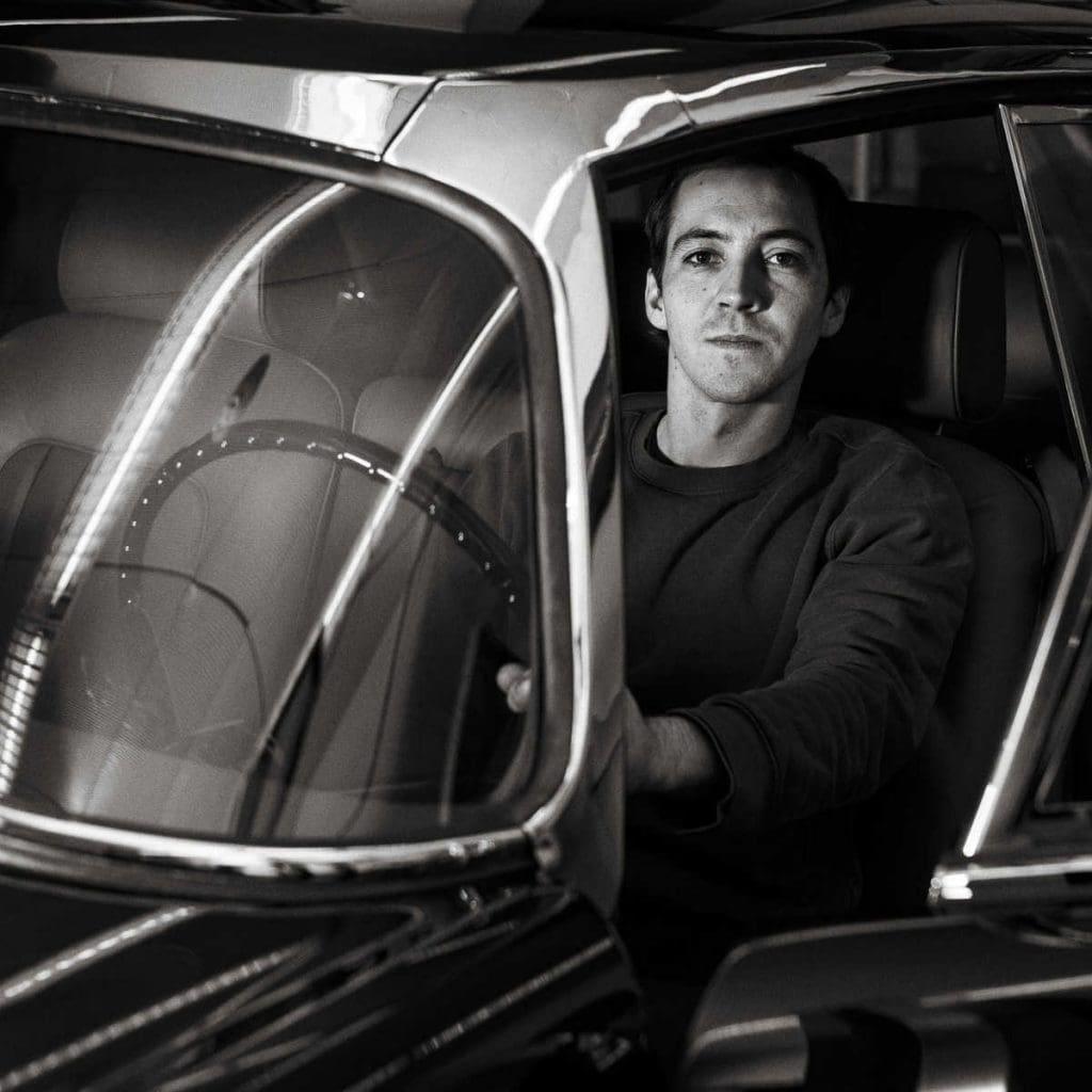 Ein Mitarbeiter der KS Classic Cars AG